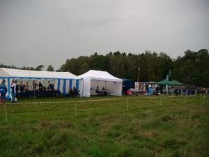 Dagens stævneplads på marken ved skovfoged Niels Worm, der velvilligt havde lukket os ind på sin mark, hvor der var palds til P af de 150 biler, telte o-butiker og en god målplads.